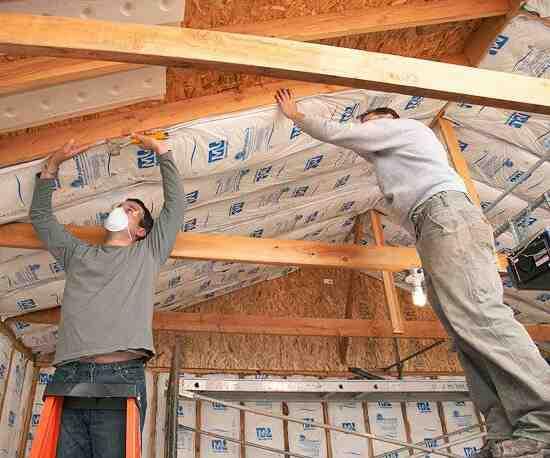 Comment faire tenir isolation au plafond ?