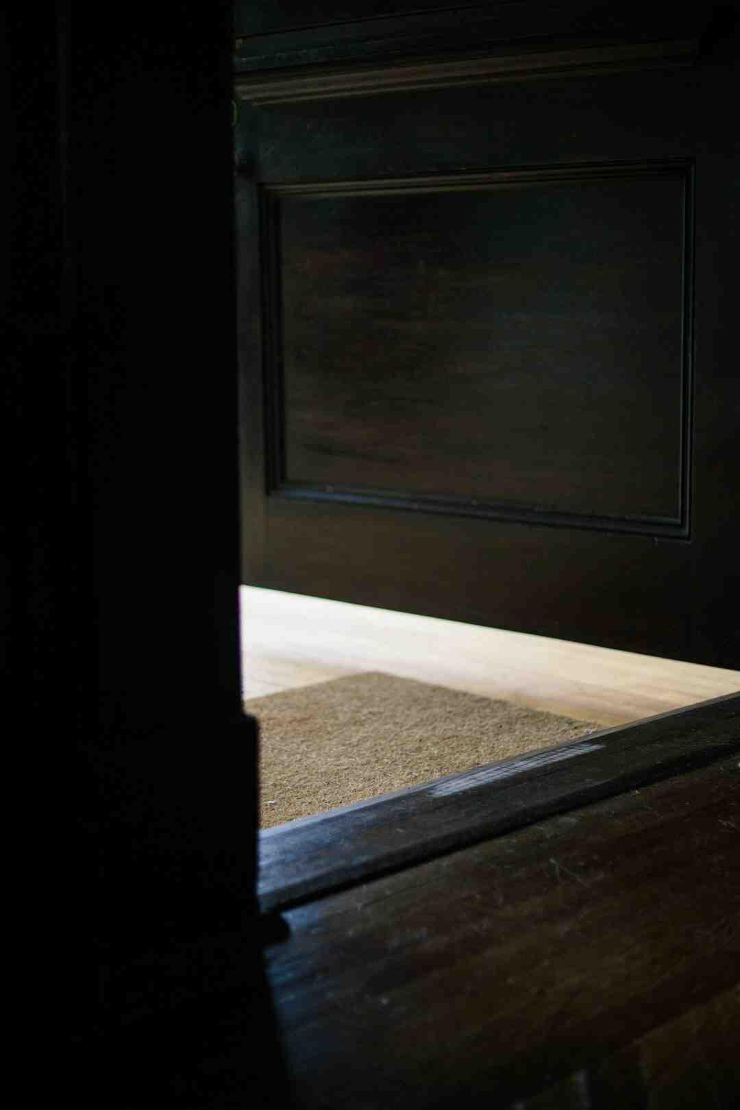 Comment réparer un bâti de porte en bois ?