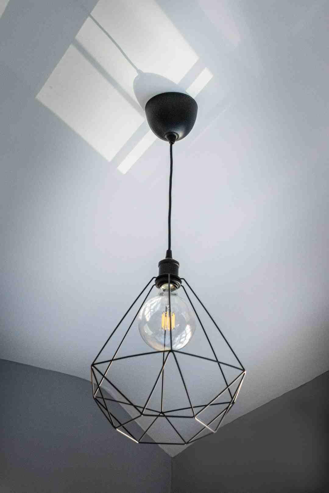 Comment cacher des fils électriques au plafond